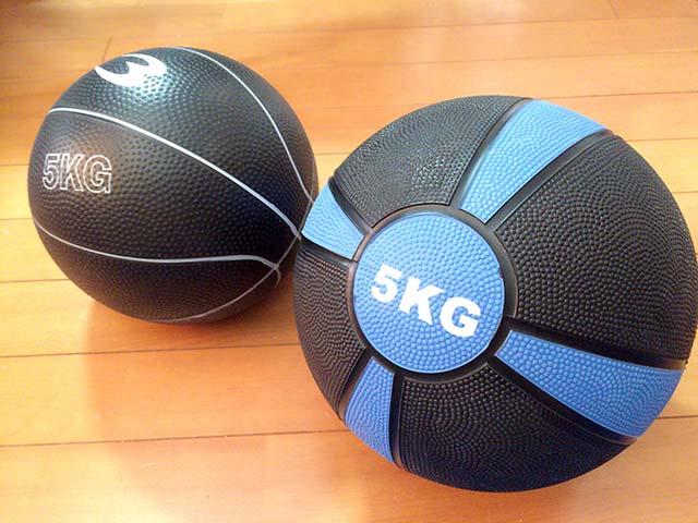 砂入りメディシンボール(左)と100%ラバー製メディシンボール(右)